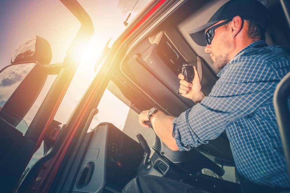 Truckerfahrer in der Sonne