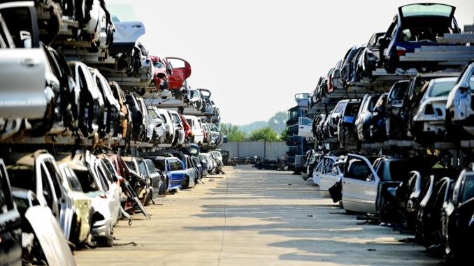 gestapelte Autos auf Schrottplatz