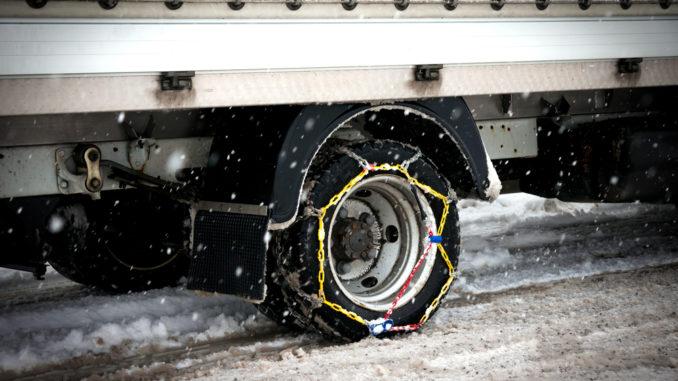 LKW mit Schneeketten