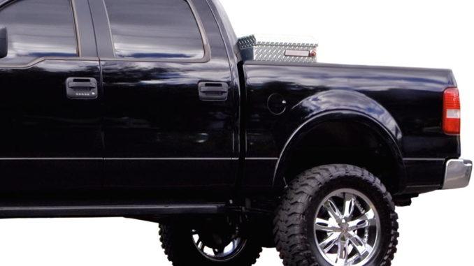 Pickup mit Transportbox zur Ladungssicherung