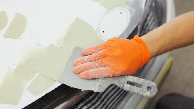 Reparatur mit Epoxidharz-Spachtel