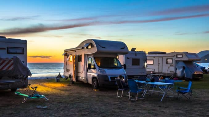 Wohnmobile im Sonnenuntergang