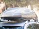 Dachbox auf einem silbernen PKW